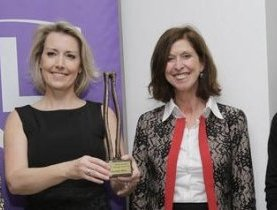 La lauréate 2014 du Woman Business Manager of the Year Award reçoit son award